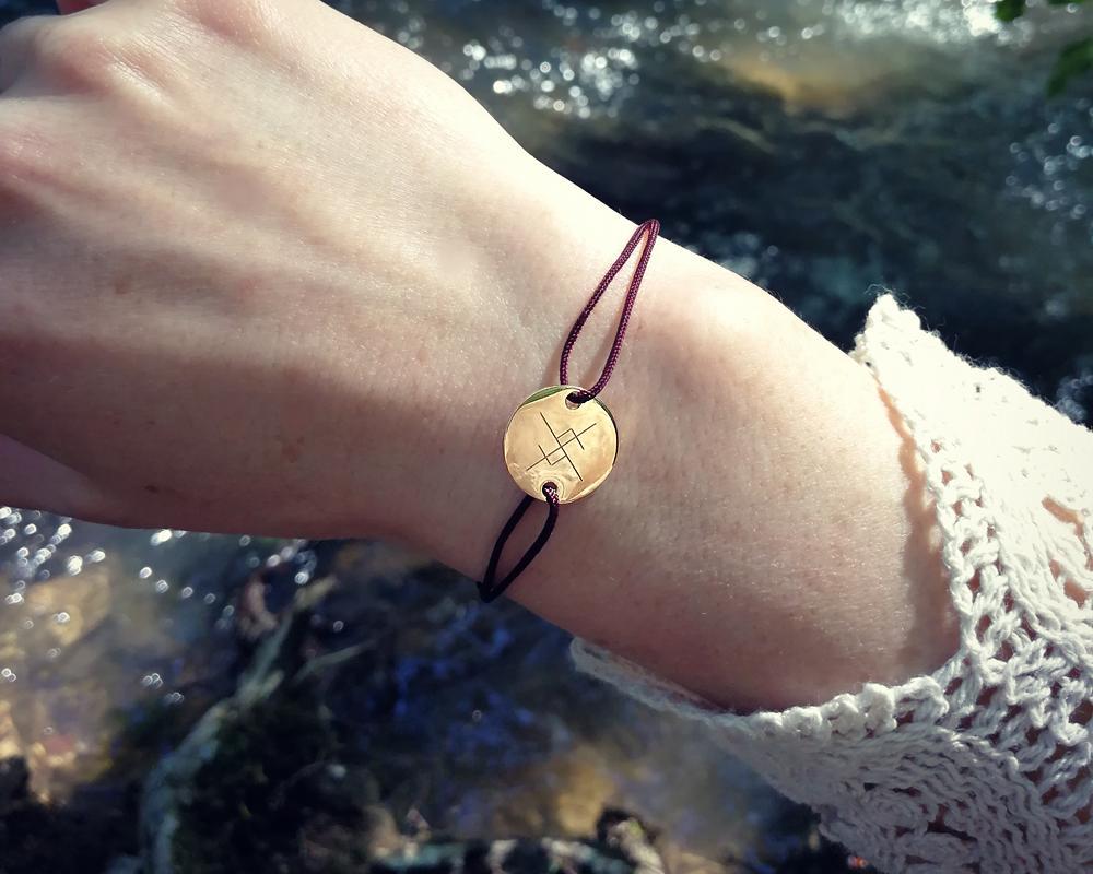 bracelet gravé avec rune viking symbole scandinave plaqué or cordon